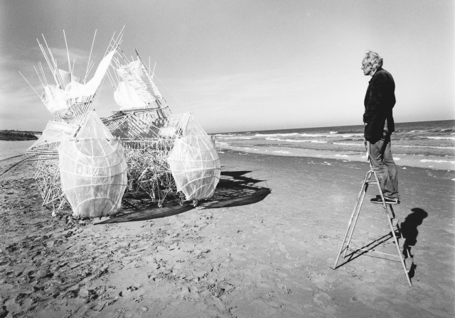 Theo Jansen & Animaris Siamesis (2009), Scheveningen beach, The Netherlands . Photo by Lena Herzog.